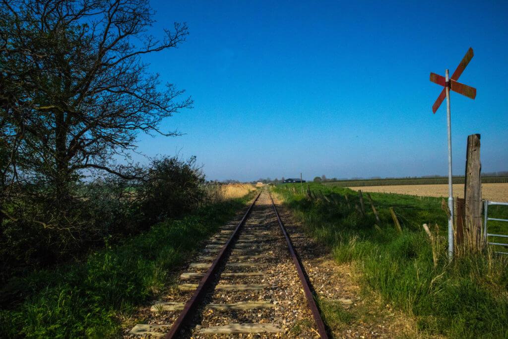Spoorwegovergang midden in het landschap