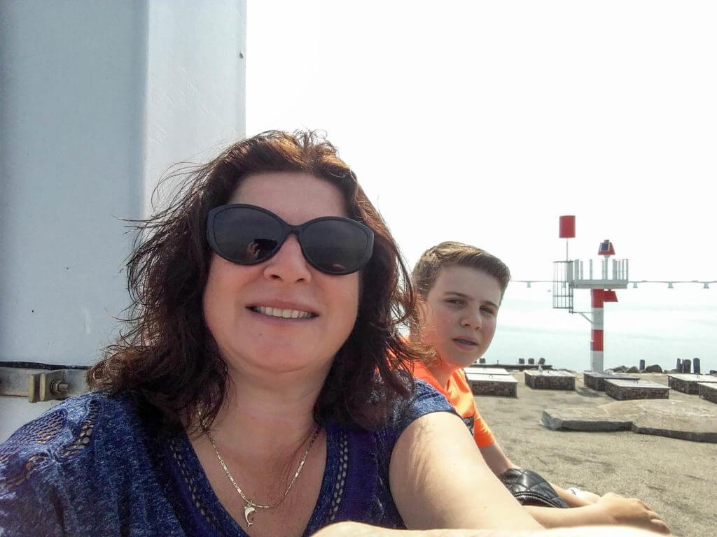 Mijn zoon en ik rusten uit op de punt van het havenhoofd in Zierikzee