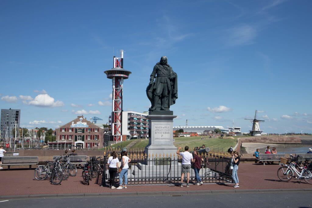 Zeeheld Michiel de Ruyter staat fier aan het begin van de boulevard in Vlissingen