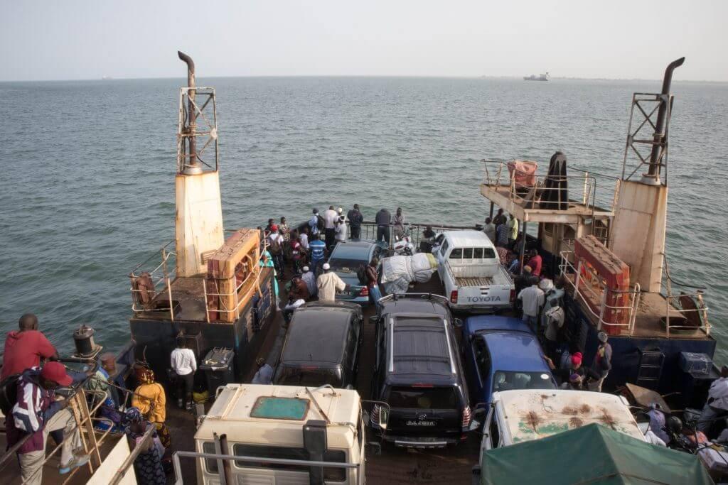 De veerboot zit volgepakt met mensen en dieren
