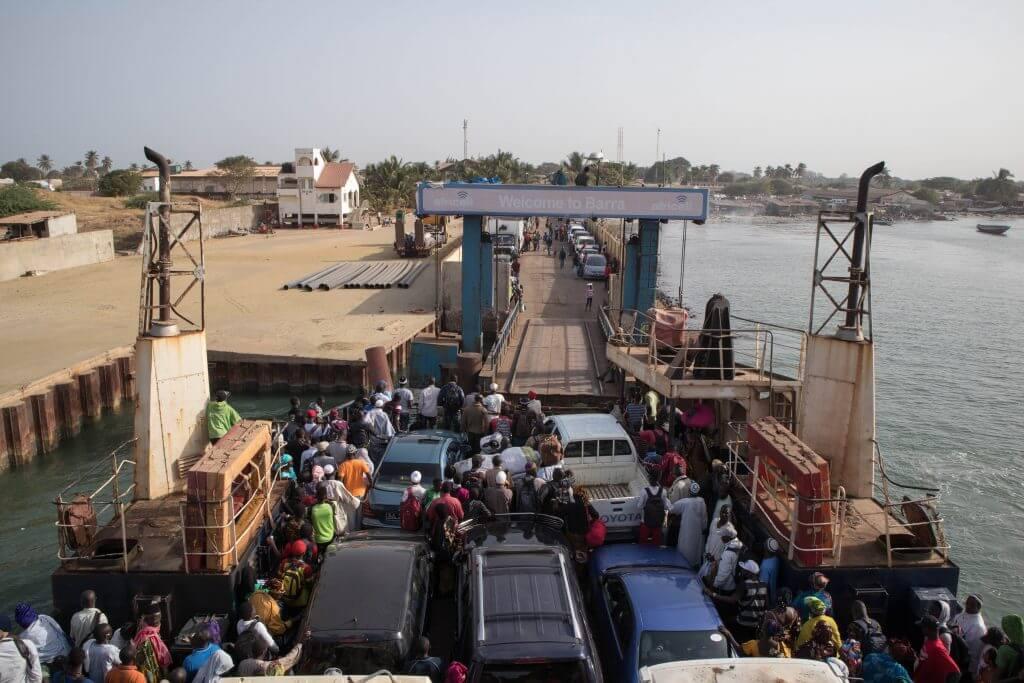 Op de veerboot van Banjul naar Barra