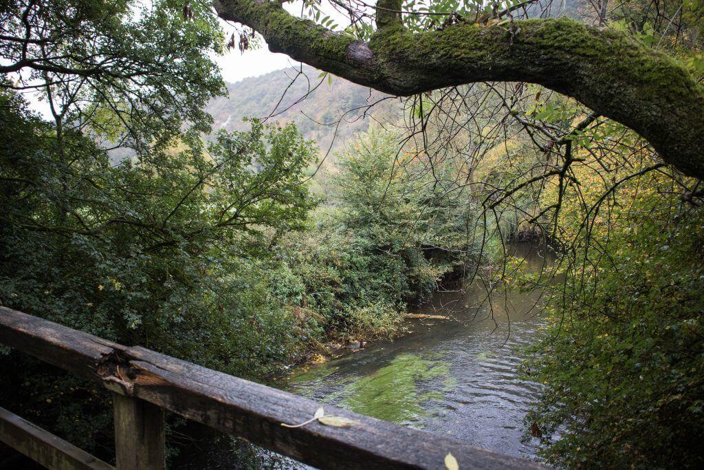 Uitzicht vanaf de brug over rivier de Mole