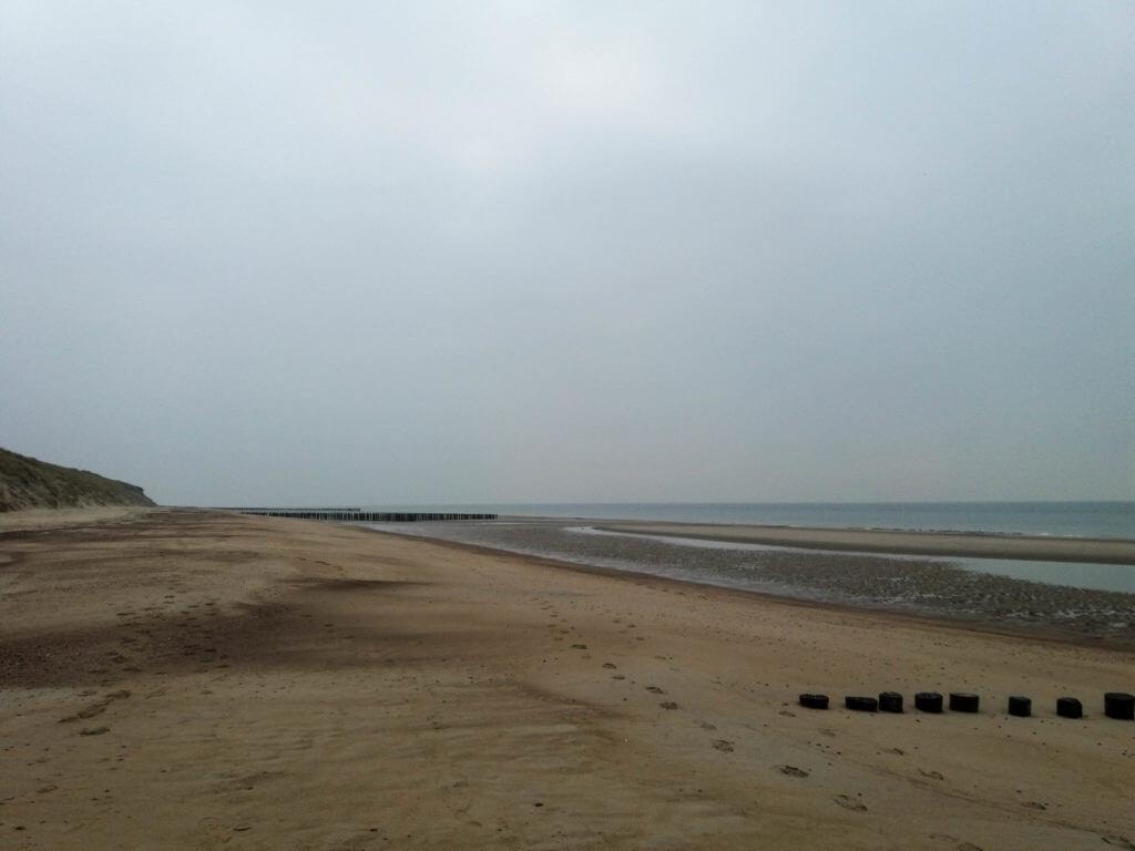 Het strand is in deze tijd van het jaar stil en verlaten