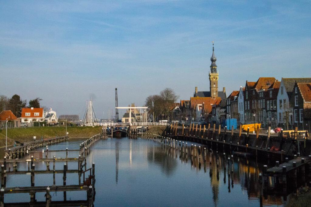 De binnenhaven van Veere met op de achtergrond de klokkentoren van het stadhuis