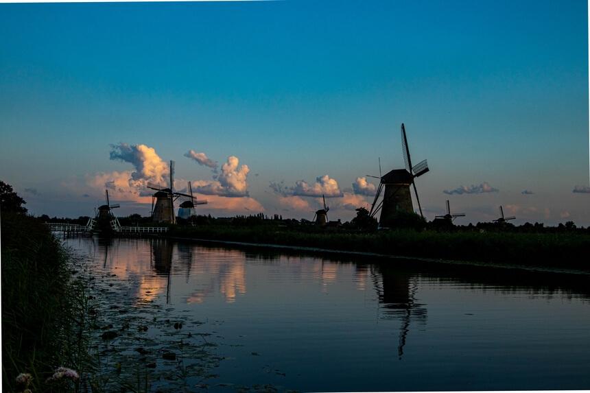 De molens van Kinderdijk bij zonsondergang