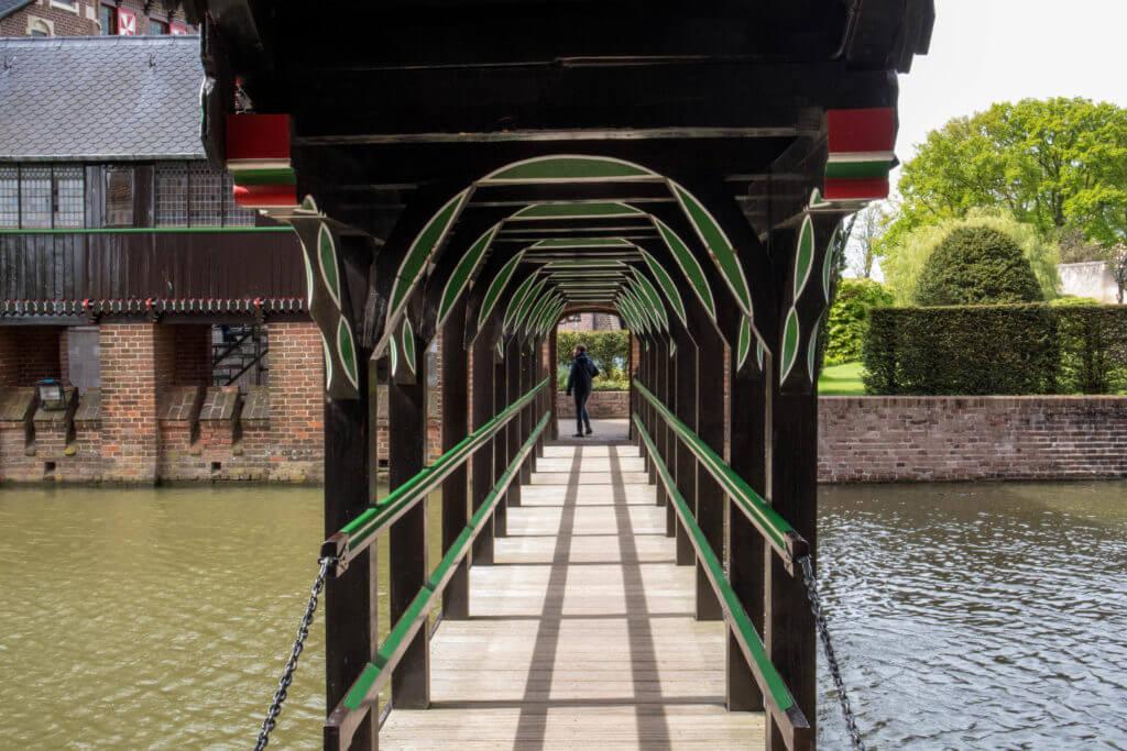 Houten verbindingsbrug tussen kasteel en châtelet