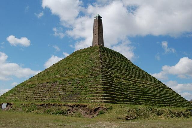 De pyramide van Austerlitz tijdens een eerder bezoek, in de zon