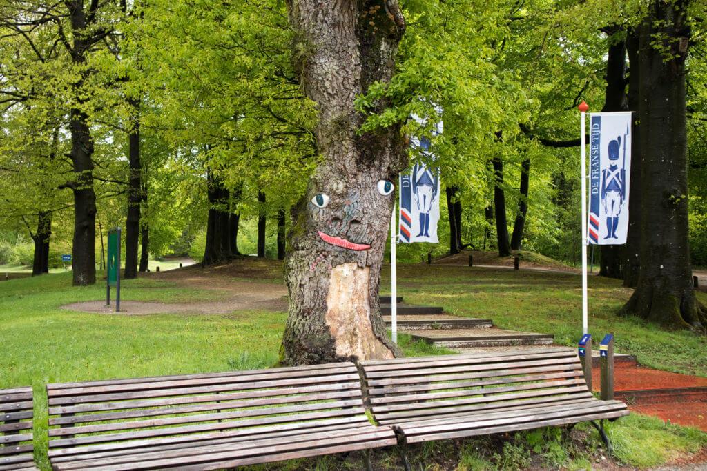 De vrolijke boom bij de ingang