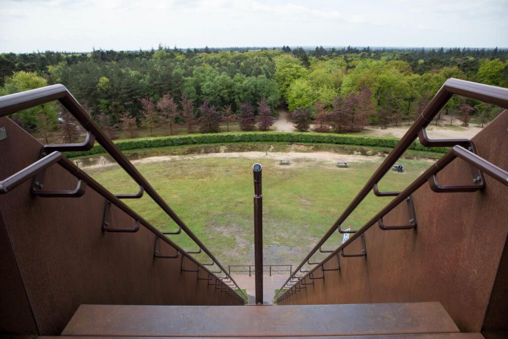 De trap naar de Pyramide van Austerlitz