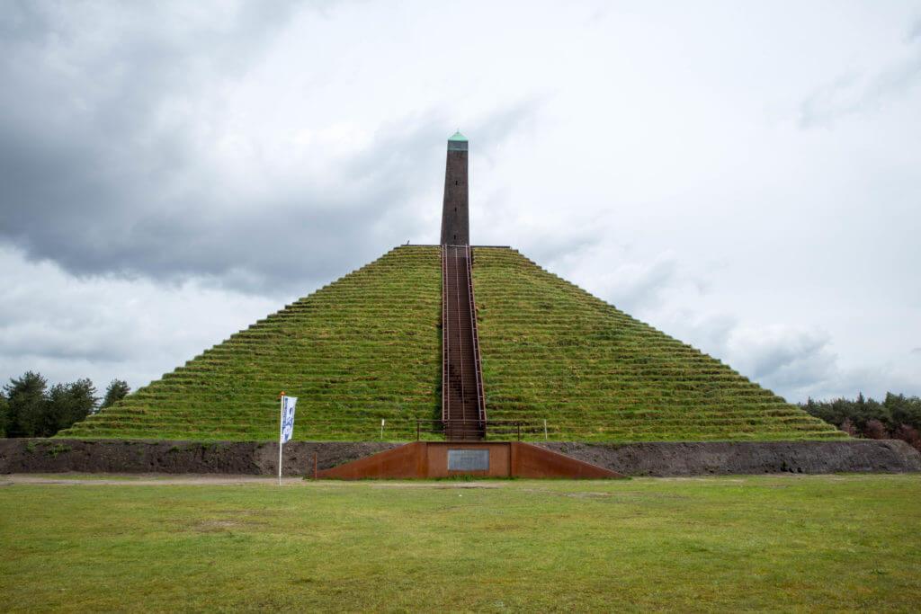 De pyramide van Austerlitz is in 2000 geheel gerenoveerd