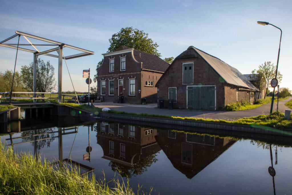 Oud Hollandse ophaalbruggen en oude huisjes.