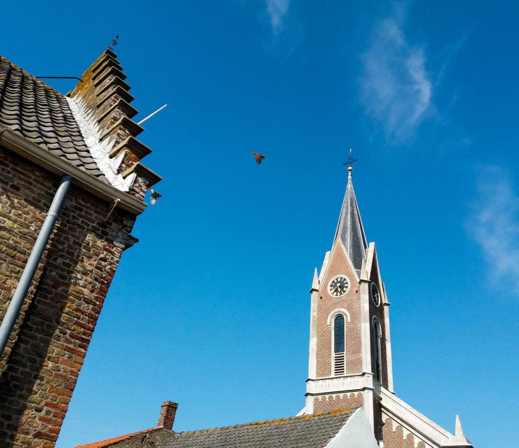 Het oude trapgevel huis en de kerk
