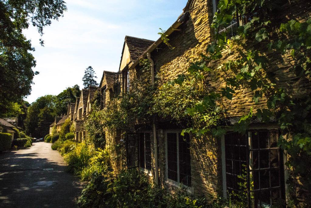 Oude huisjes dienen nu als kamers van het Manor House Hotel