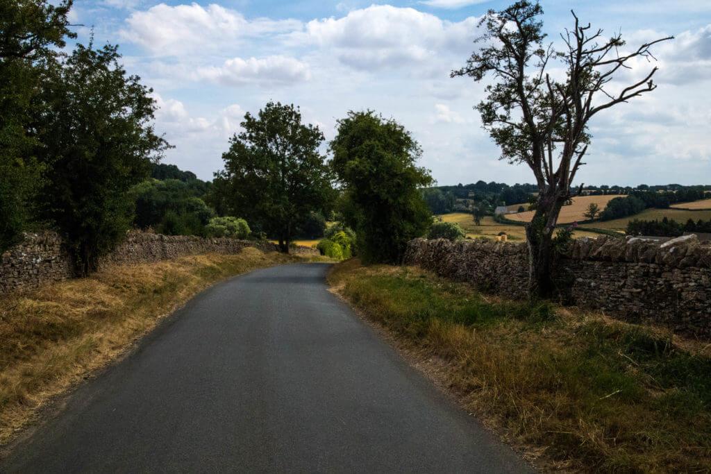 Landweggetjes met aan beide zijden stenen muren
