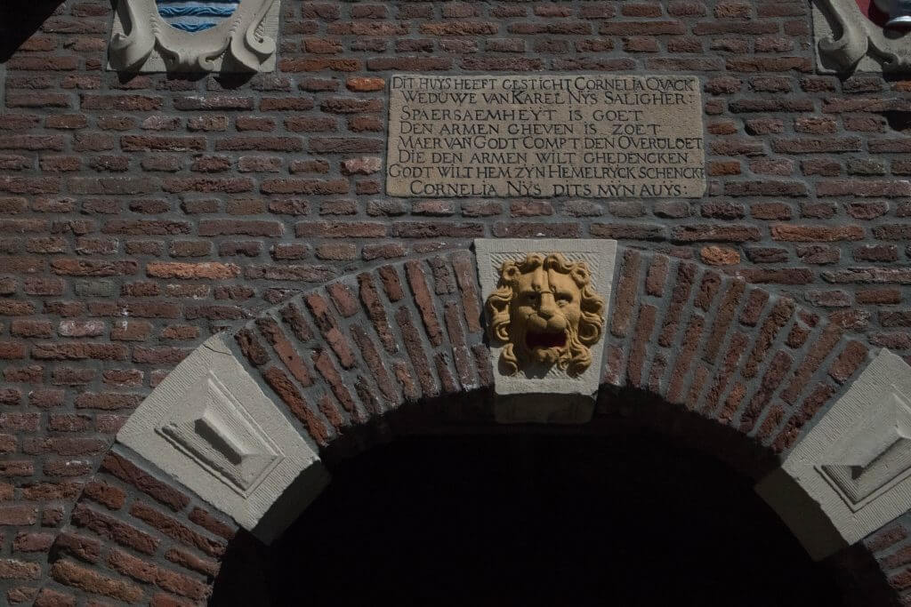 De eerste poort van het Cornelia Quackshofje
