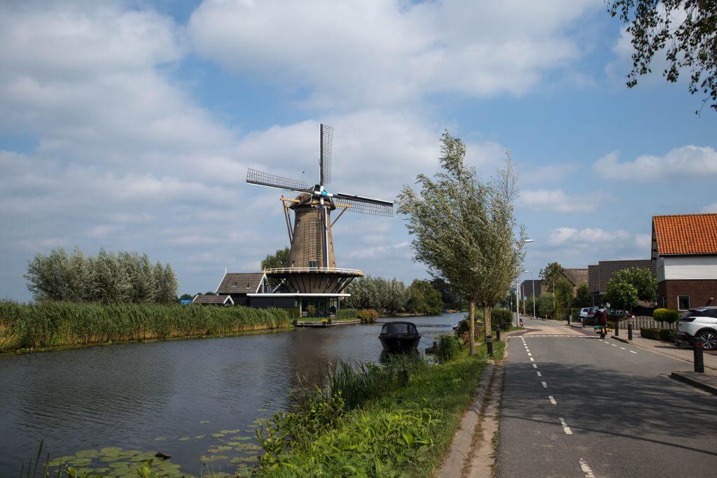 Oude molens langs het water langs de Graafstroom