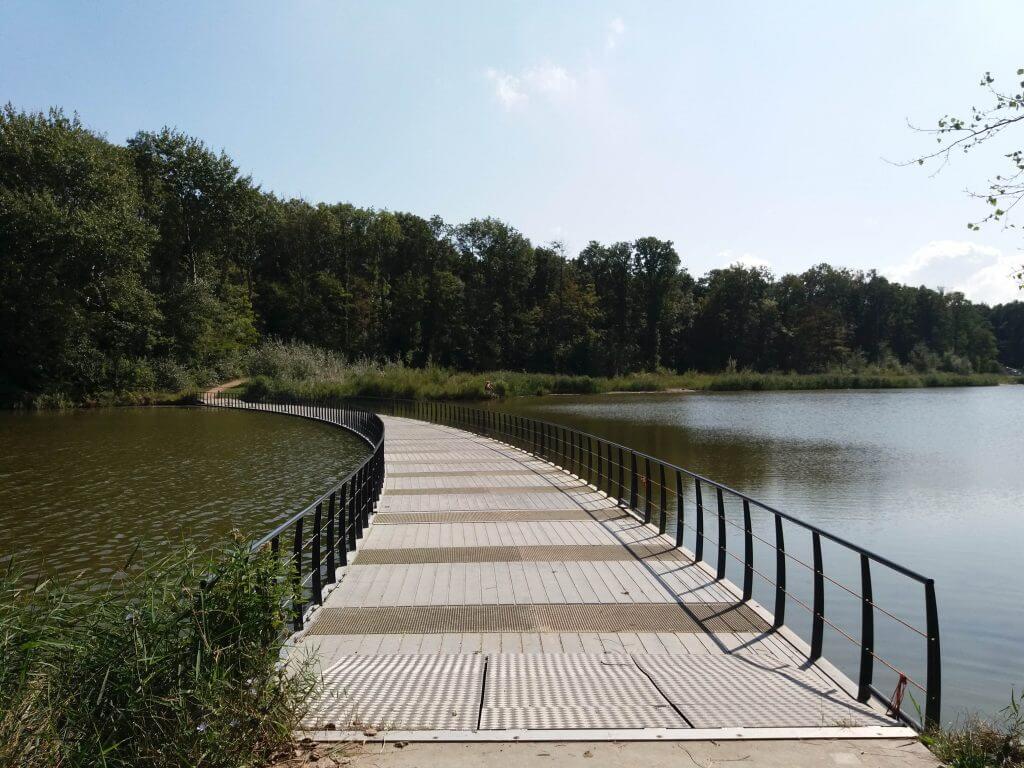 De drijvende brug die de route verbind aan beide kanten van de kreek