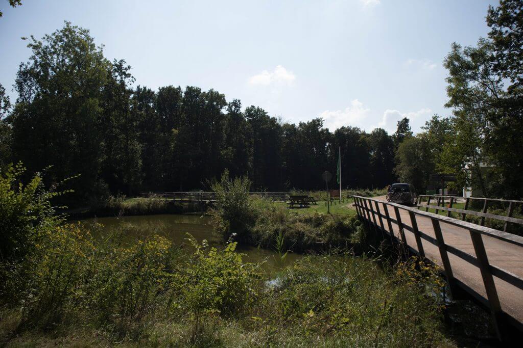 De houten brug brengt je naar de natuurcamping