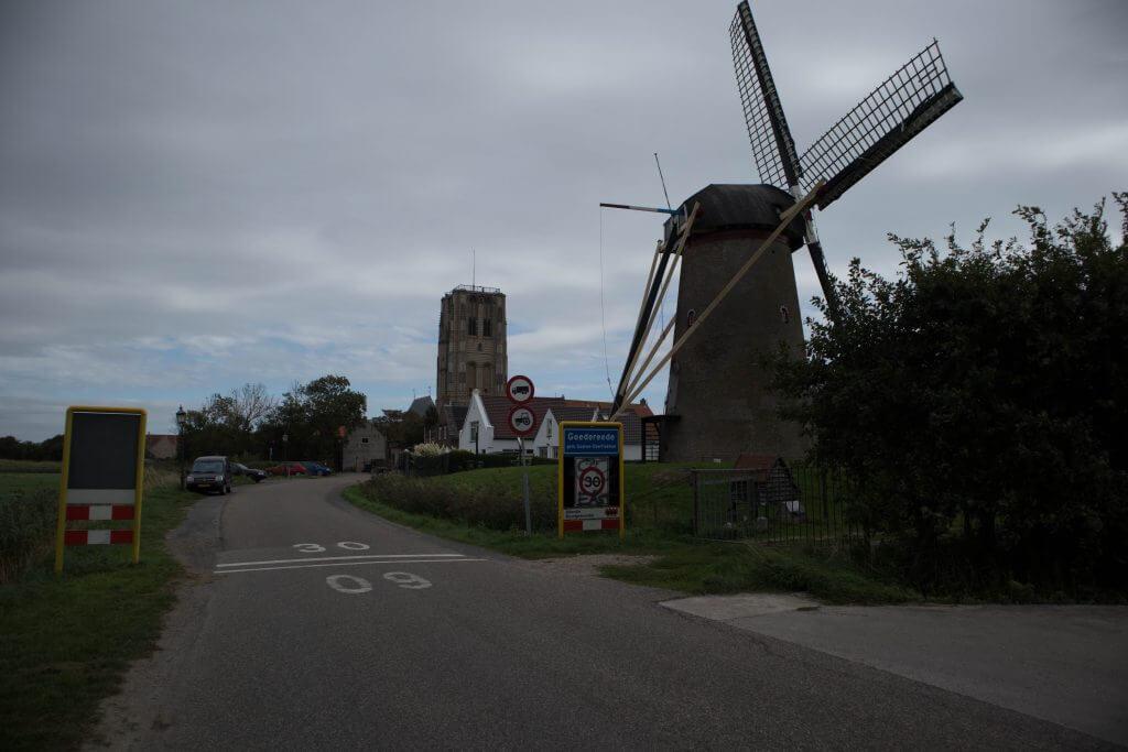Aan de rand van Goedereede met uitzicht op de molen en de kerktoren