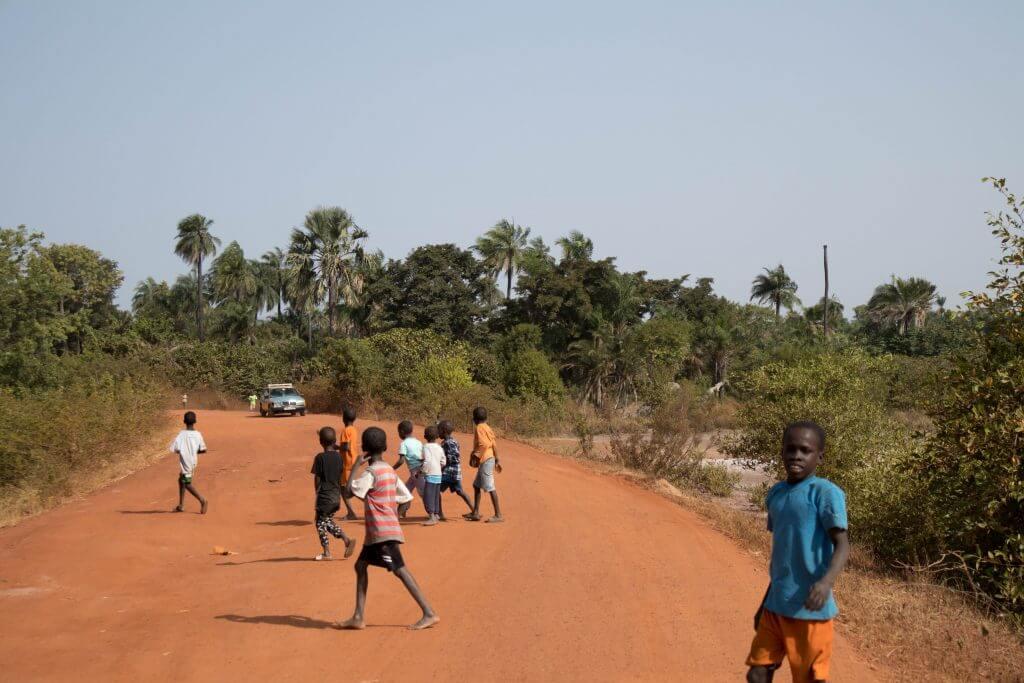 Kinderen, zo jong als ze zijn, lopen op de weg
