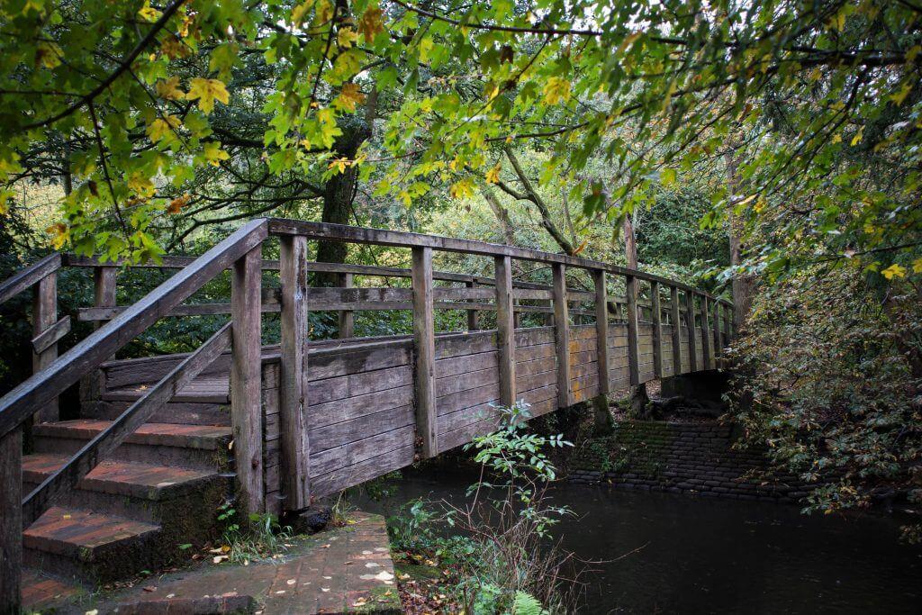 Het alternatief is de houten brug over rivier de Mole