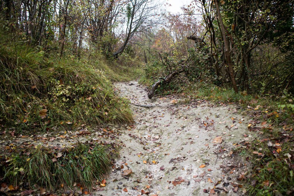 Het pad is nat, glad en hard
