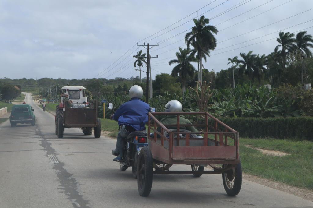 Buiten de toeristische gebieden is er nauwelijks vervoer en wat er is, is oud