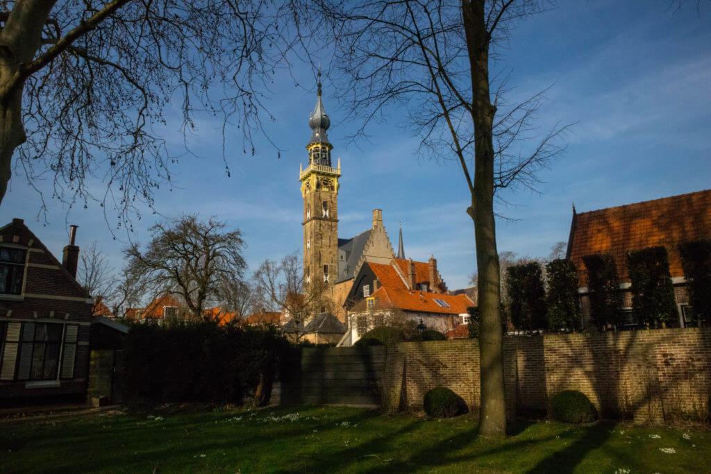 Wandelen in Veere betekent overal het zicht op het stadhuis