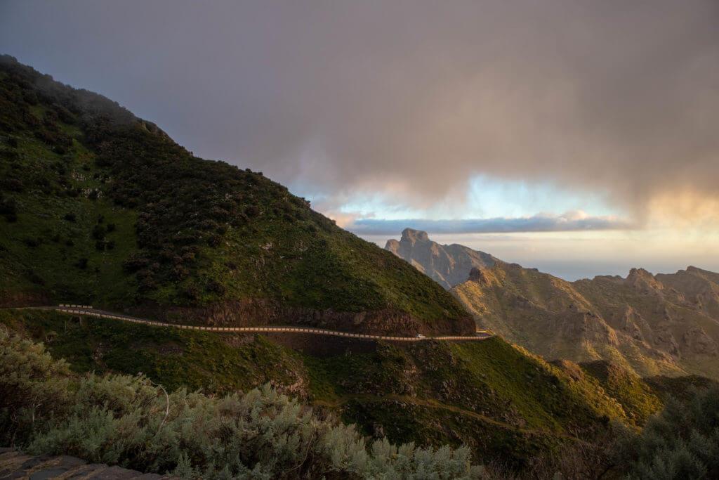 De TF-436 autoroute kronkelt door de bergen