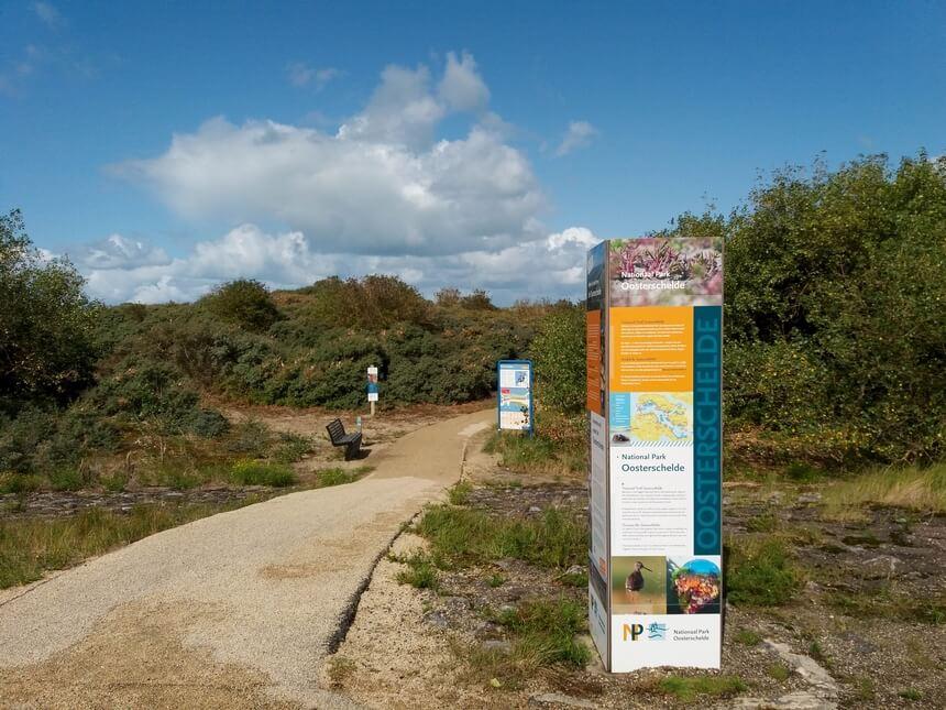 De overgang naar de duinen met een aantal informatieborden