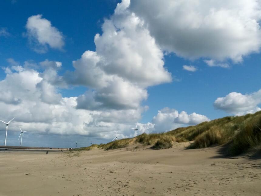 Op de terugweg zie ik in de verte een strandtent