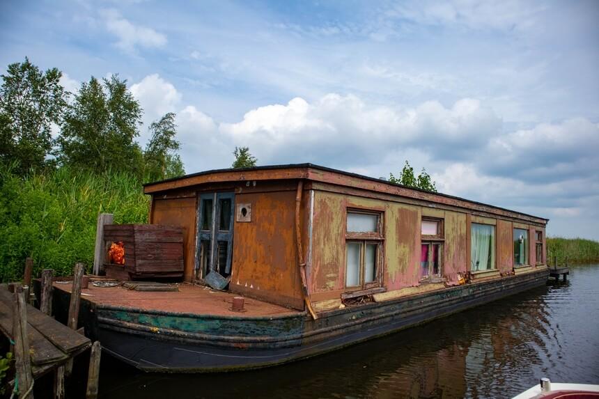 Oude woonboot in Alde Feanen